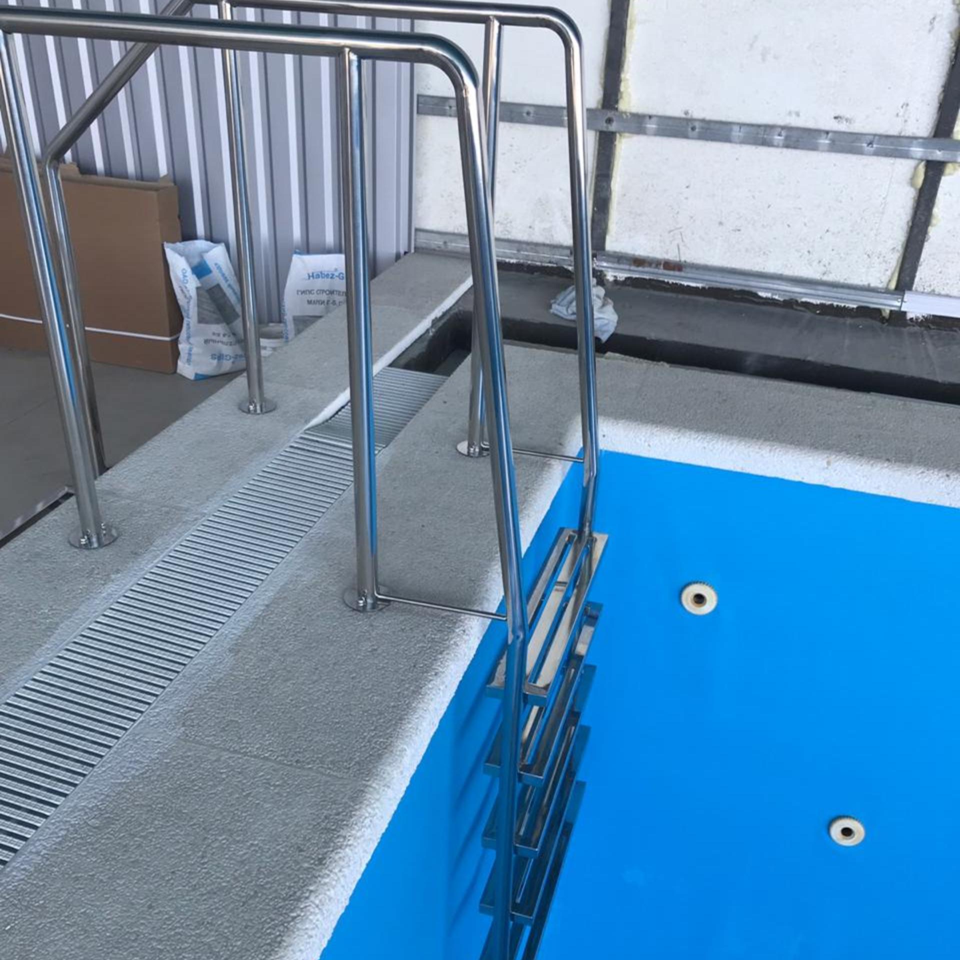 картинка лестница в бассейне работники